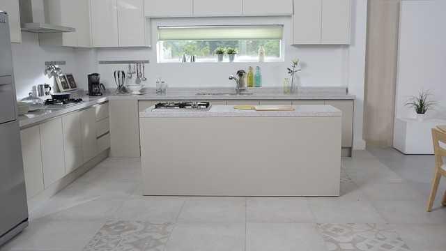 חיפוי קיר למטבח בצבע לבן